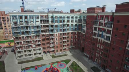 çok katlı : Aerial view of new-built block of flats with children playground and apartment complex under construction, spring view. Housing development in New Moscow, Russia