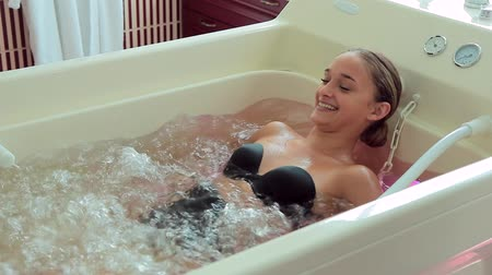 джакузи : Masseur makes a woman a massage at hydrobath