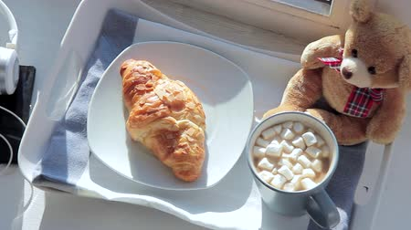 kruvasan : Breakfast on the window sill: a croissant and coffee with marshmallow Stok Video