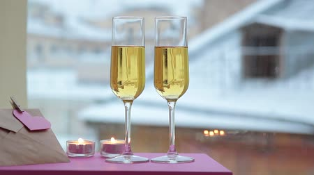 valentin : Gläser Champagner in Candle-Light am St. Valentines Tag Videos