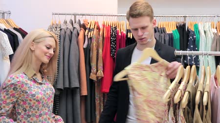 obyčejný : Young adults couple shopping at the clothing store Dostupné videozáznamy