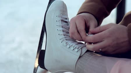 patim : Male hands tied shoelaces skate on the leg of his girlfriend