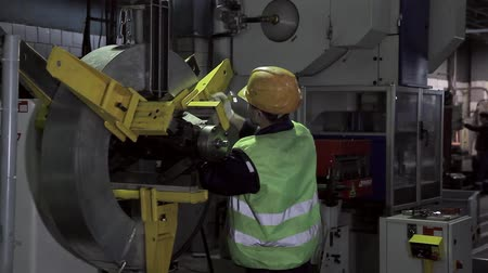 çinko : Work in a factory in the heavy industry Stok Video