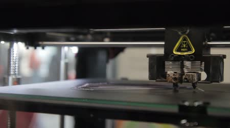 parçalar : On working platform 3d of printer printhead moves along axes. Innovative equipment is tested using uniform plastic layers for production of three-dimensional parts. Stok Video