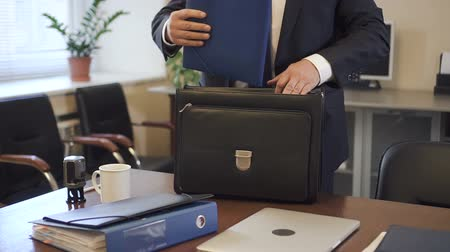 портфель : Experienced lawyer putting contract to suitcase in office going to court. White-collar taking document folder from workplace desk to carry in briefcase. Стоковые видеозаписи