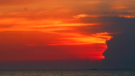 majestoso : light of sunset ray back silhouette heap cloud over sea