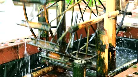 caseiro : water wheel made of bamboo decorated in the garden1 Vídeos
