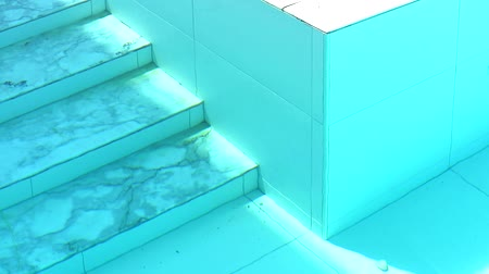 znečištěné : marble stair of swimming pool and wall tide under aqua color water