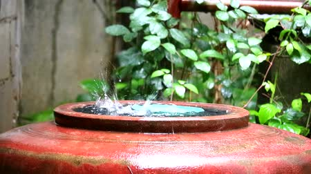 coletando : Rain water flows into a large jar, Villagers will collect water for use in dry season