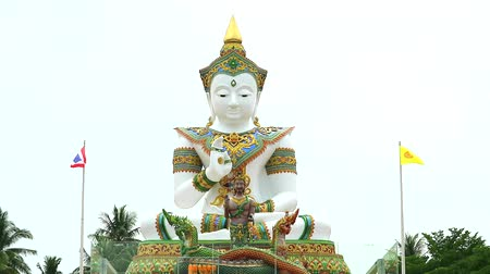 offer : status van Boeddha en Srisuttho-god van Naga in de Khao Mai Kaew-tempel Stockvideo