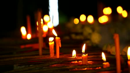 luz de velas : fire on candle for worship Lord Buddha and blur much candle background
