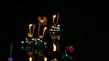 evidência : blur Loy Kratong Festival or river goddess worship ceremony, This tradition is set to exorcise and ask for forgiveness from the Ganga. Some evidence is believed to be the worship of the Buddhas footprint on the banks of the Namtha Mahanathi River