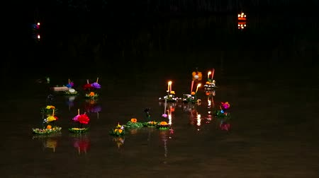 ладан : Loy Krathong Festival reflection light on water surface Стоковые видеозаписи