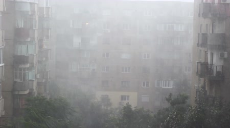 повреждение : Severe storm hitting an European capital