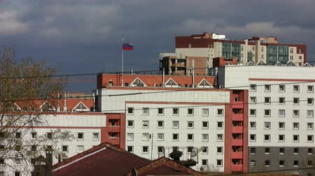 bina : office building with Russian flag on the roof Stok Video