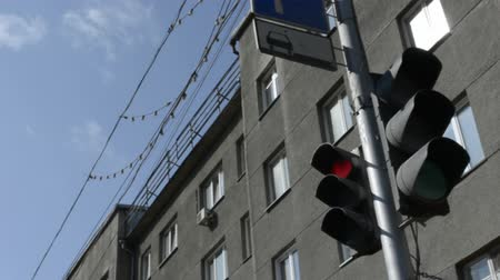 sem nuvens : traffic lights in the city center for a holiday