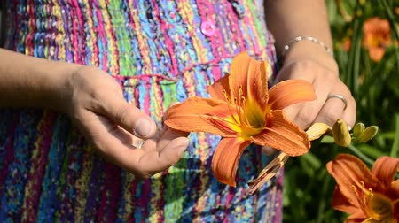 alergia : young pregnant woman and flower daylily Wideo