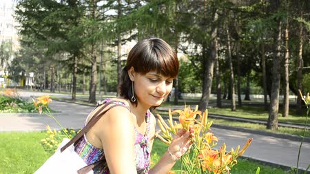 alergia : young pregnant woman sniffing flowers