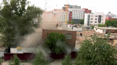 aşağı : excavator destroys brick house Stok Video