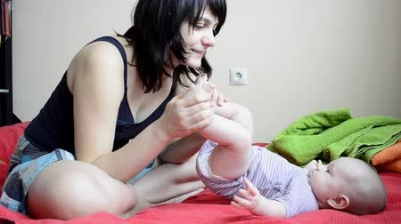detém : Young mother kissing baby feet Vídeos