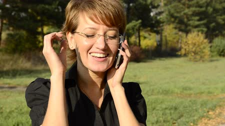 брюнет : Young woman on the phone in autumn park