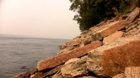 granit : Time lapse  view of the rocky shore of the river