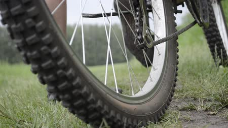 exercícios : Riding a bicycle. Wheels closeup