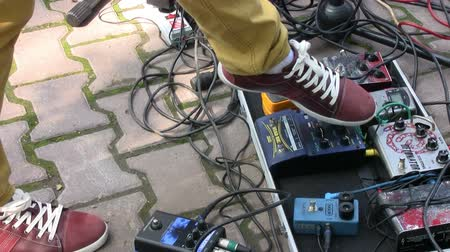 педаль : Guitarist pushing pedal effects during live concert