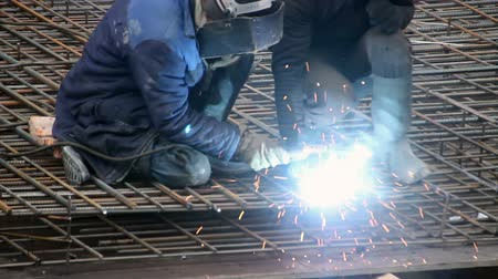 spawanie : Men doing welding on site