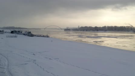 View of the winter river Ob in Novosibirsk on a gloomy day Stock mozgókép