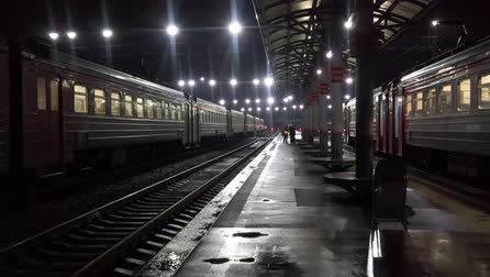 vagão : Night train station in dark rainy weather