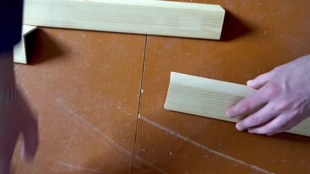 чулан : a comparison of the two wooden bars with your hands.