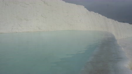 travertino : travertines with blue water in pamukkale, turkey. Vídeos