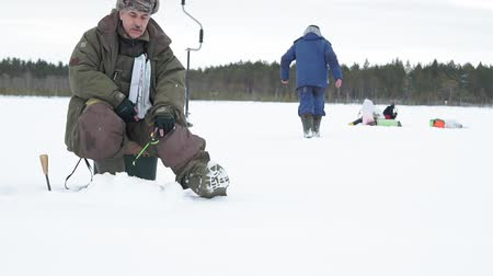 пресноводный : fisherman on a frozen lake ice fishing