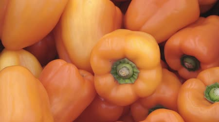 emtia : orange peppers on the market Stok Video