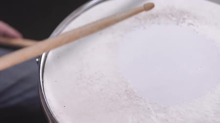 percussão : playing a musical instrument with a drumstick close-up