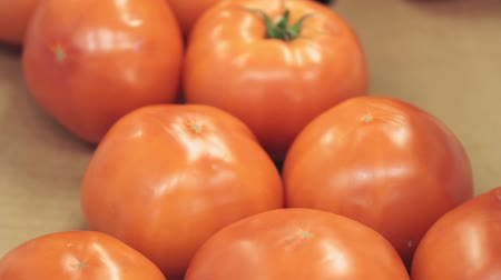 de ativos : red ripe tomatoes on the market counter