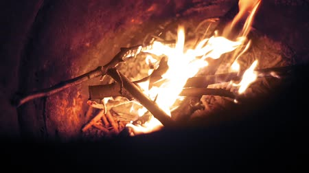 камин : burning wood in a barrel close-up fire