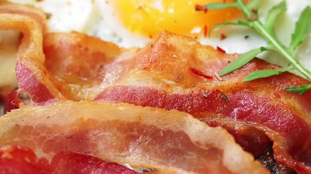 желток : fried eggs for Breakfast close-up with bacon