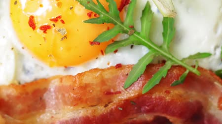 бекон : fried eggs for Breakfast close-up with bacon