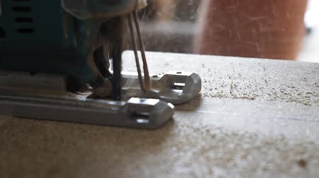 madeira compensada : cut with a jig saw cut the Board close up Stock Footage