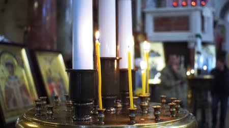cera : burning candles in the Church in the temple