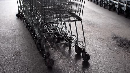 супермаркет : empty shopping carts on the street Стоковые видеозаписи