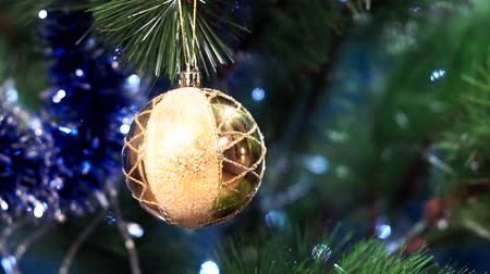 díszített : yellow ball on the Christmas tree
