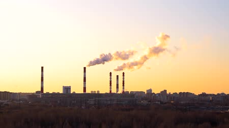 rafineria : industrial landscape, the pipes of the thermal power plant at sunset. The plant on the background of the sunset sky, the pollution environment Wideo