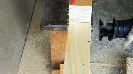 tesař : Cuts a wooden Board with an electric saw. master cuts an electric fret saw. Dostupné videozáznamy