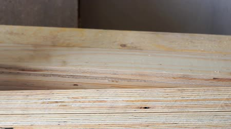 лесоматериалы : Wood bars in the woodworking workshop. The concept of woodworking. Carpentry, wood processing