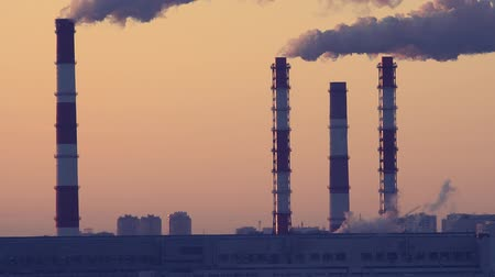 damp : fabriek pijpen rook stoom close-up Stockvideo