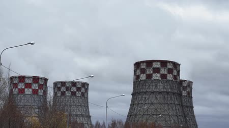 damp : fabriek energiecentrale close-up. geeft stoom af in de lucht. concept van luchtverontreiniging