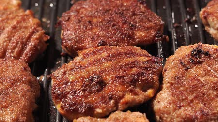 broodje hamburger : hot testy juicy fried hamburger Patty with a crisp brown rust lying. fried meat in a pan